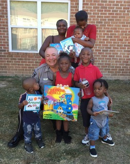 sheriff-giving-books-macon-kids-1